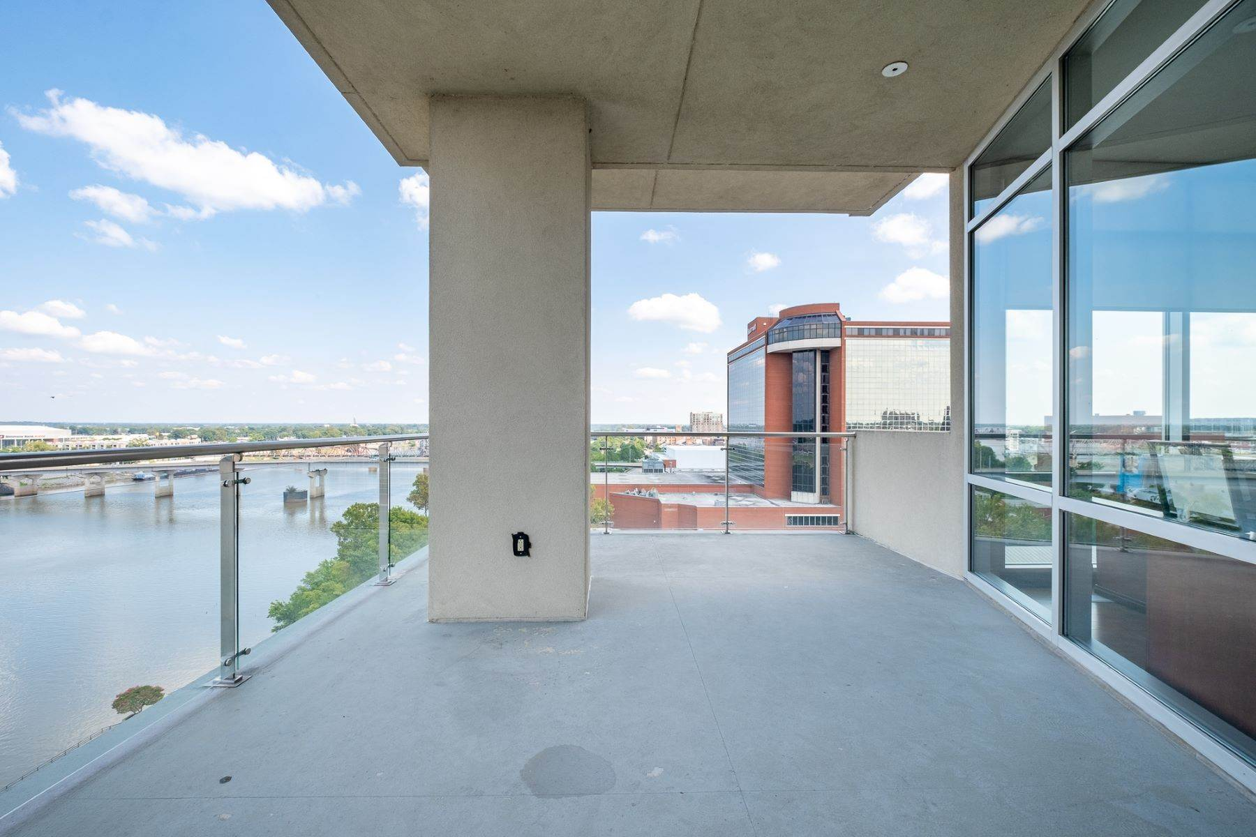 18. Condominiums for Sale at Downtown Riverfront High Rise Luxury 5 Statehouse Plaza, Unit 10A Little Rock, Arkansas 72201 United States