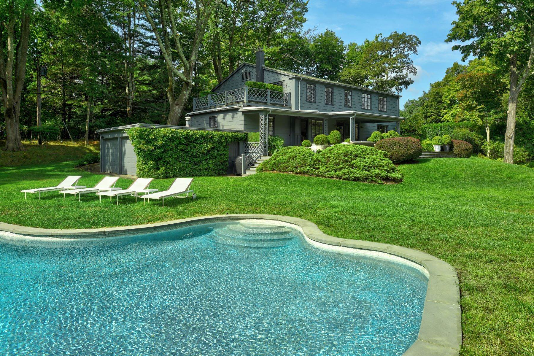 Single Family Homes для того Продажа на Georgica Chic on Ocean Avenue 9 Ocean Avenue East Hampton, Нью-Йорк 11937 Соединенные Штаты
